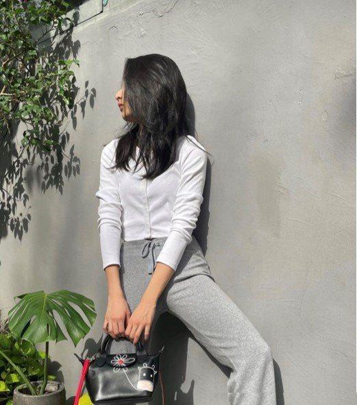 李沐拎著Le Pliage黑色迷你手提包,呈現不露臉的隨性。圖/取自IG