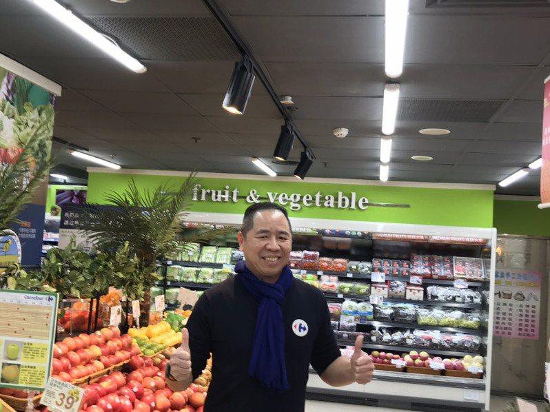 家樂福總經理王俊超表示,家樂福未來將以每周8家店的速度將頂好換招,改裝成為家樂福超市。(攝影:記者嚴雅芳)