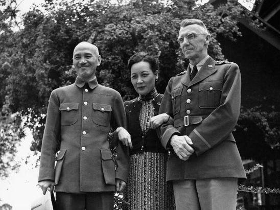 1942年4月,蔣中正、宋美齡夫婦由重慶前往緬甸美苗,與國軍將領、史迪威、英軍將領會談,協調中美英協力抵抗日軍,蔣宋史三人在美苗合照。圖/翻攝自Life Magazine