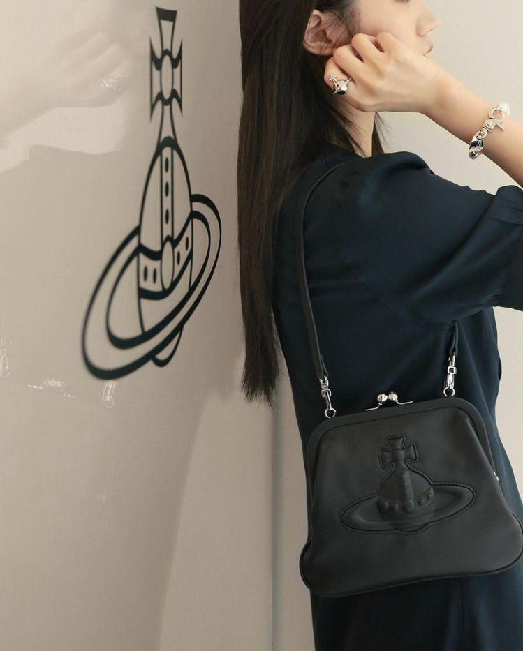 徐琁展示Vivienne Westwood黑色Chelsea口金包。圖/摘自IG