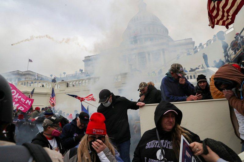 紐時報導,1月6日美國國會暴亂後幾個小時,民主黨所屬工會、種族正義組織代表、民權律師、競選策略師等人組成聯盟,以視訊通話決定對策。圖為當日警方在暴動現場施放催淚瓦斯。路透