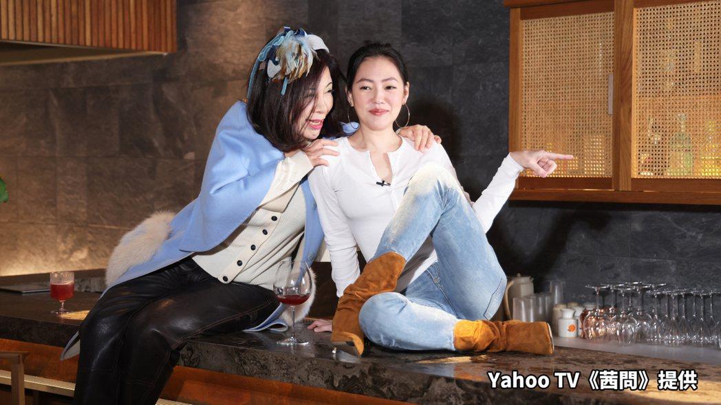 小S(右)上陳文茜主持的「茜問」。圖/Yahoo TV提供