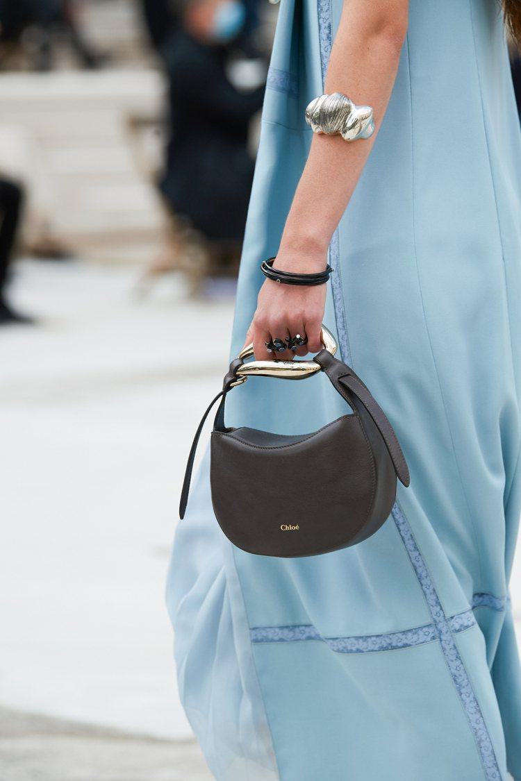 Chloé Kiss深海藍肩背提包,51,600元。圖/Chloé 提供