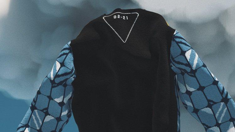 代表性的三角標誌則嵌入發售時間成為毛衣背面設計亮點。圖/PRADA提供