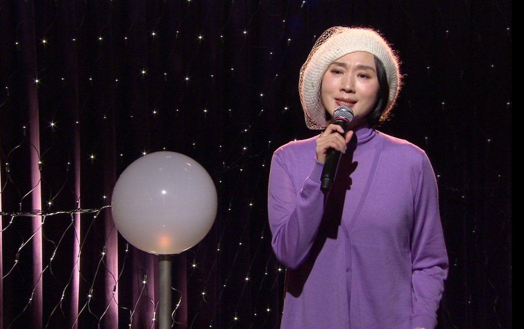 坣娜在節目上演唱經典療傷情歌「奢求」。圖/年代提供