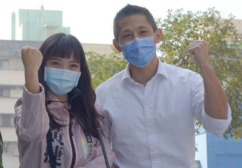民進黨台北市黨部主委吳怡農(右)今天陪黃捷掃街,爭取選民投不同意票。記者楊濡嘉/攝影