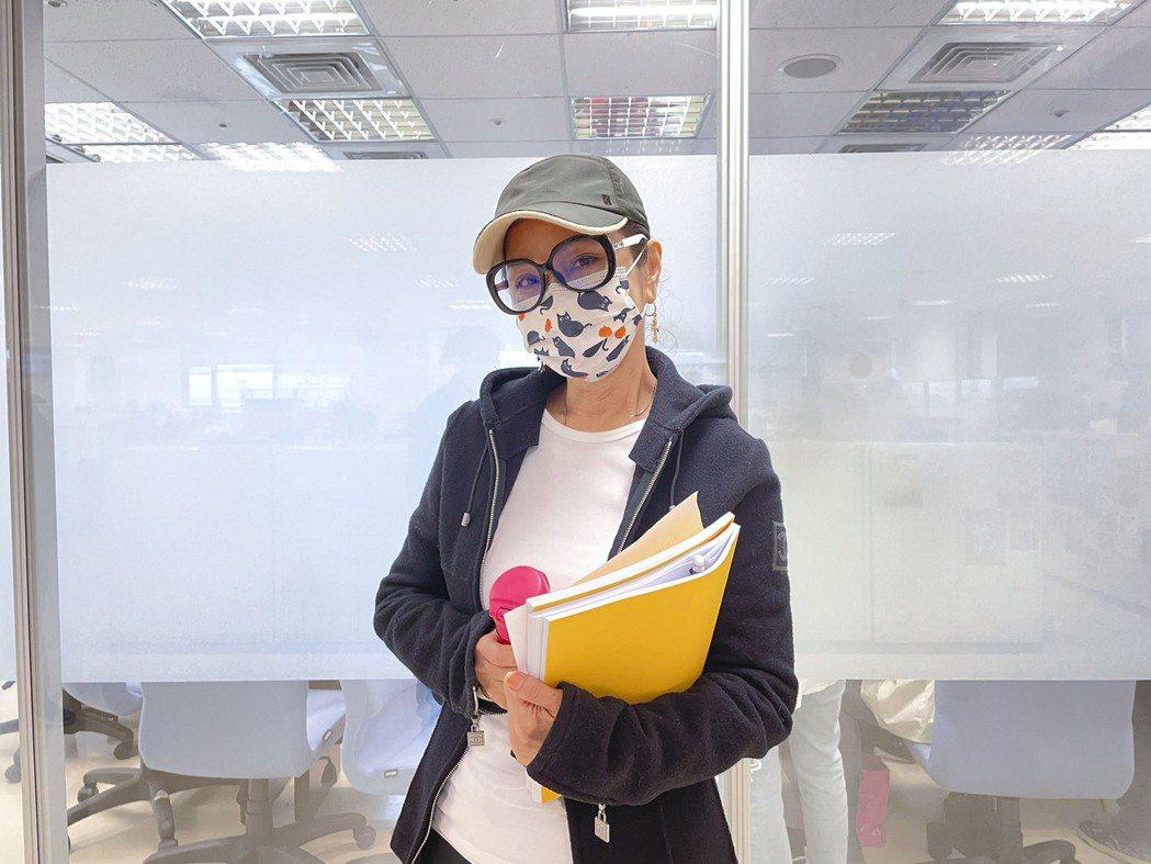 陳美鳳備好水壺、眼鏡,參加新戲「黃金歲月」讀本會。圖/民視提供