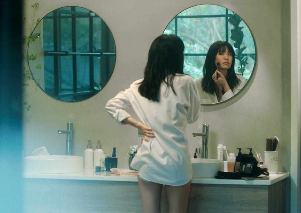 孫盛希釋出「偽偷拍」紀錄式MV。圖/滾石唱片提供