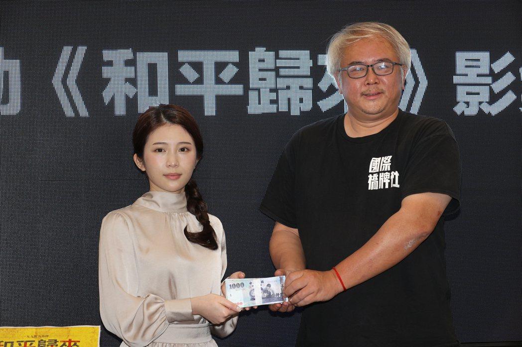 雞排妹跟製作人汪怡昕。記者蘇健忠/攝影