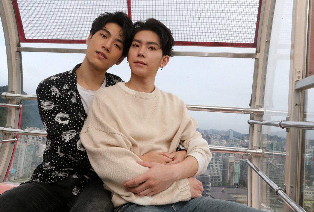 林子閎(左)、楊宇騰相約坐摩天輪。記者胡經周/攝影