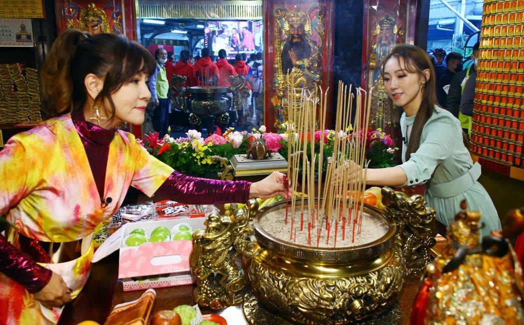 龍千玉(左)、謝金晶拜拜,龍千玉要安太歲,謝金晶則是安財利燈。記者杜建重/攝影