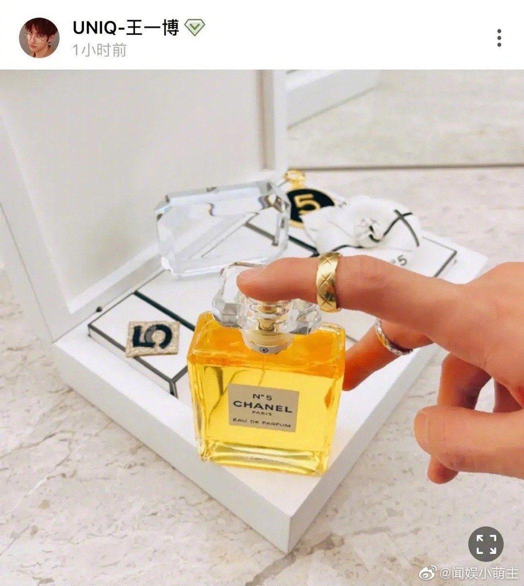 王一博照片中戒指的反射倒影中出現一名長髮女子。 圖/擷自微博