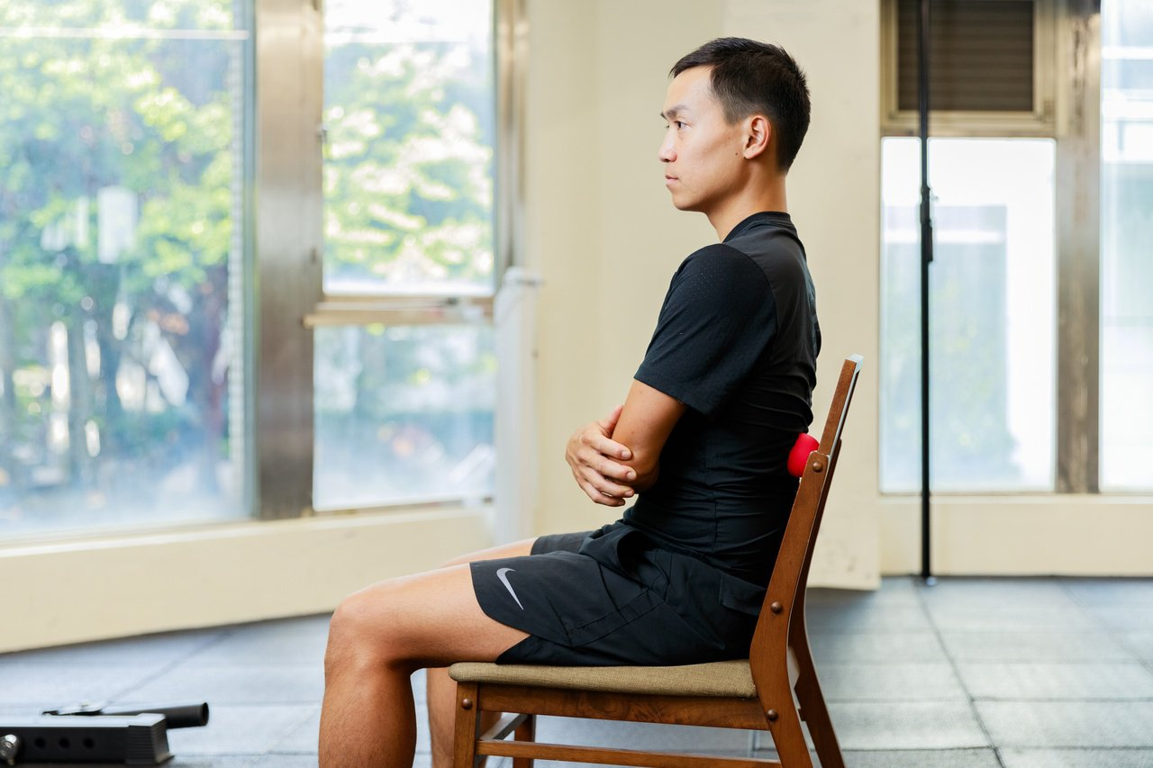 用一顆彈力球在家就可以放鬆背部、腰部緊繃,每天慢慢練,改善長期毛病,一招永久受用...
