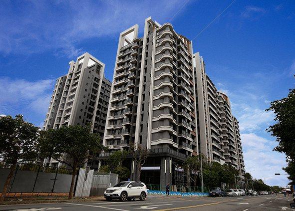 「富宇敦峰」基地達2727坪,4面臨路,注重格局規劃,為4併雙電梯大樓,戶戶至少...