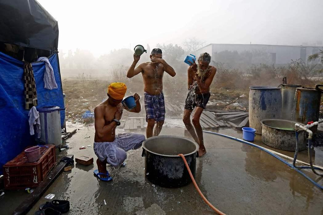 圖為農民駐紮的地區裡,有農民正在梳洗。  圖/法新社