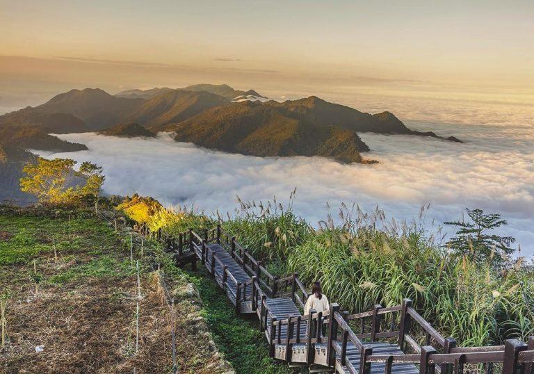 隙頂二延平步道最著名的是仙境般的雲霧,漫步在步道俯瞰變幻莫測的雲朵,還能飽覽壯麗...