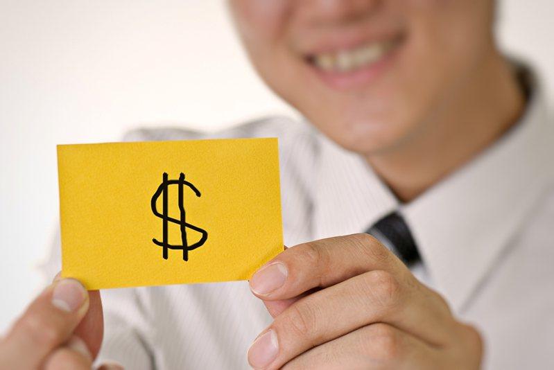 原PO曝光自己公務員的年終金額,超少金額讓網友們傻眼直呼「怎麼可能」!示意圖/Ingimage