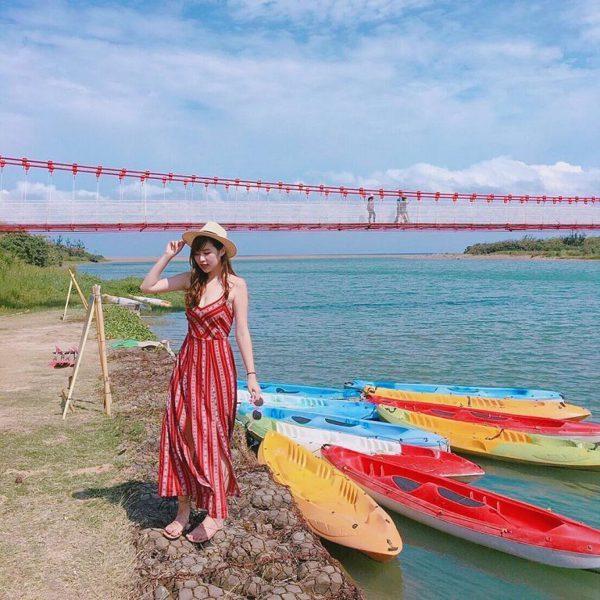 滿洲港口吊橋是該地最長的人行吊橋,遠遠就可以看見紅白相間的橋身橫跨港口溪的身影,...