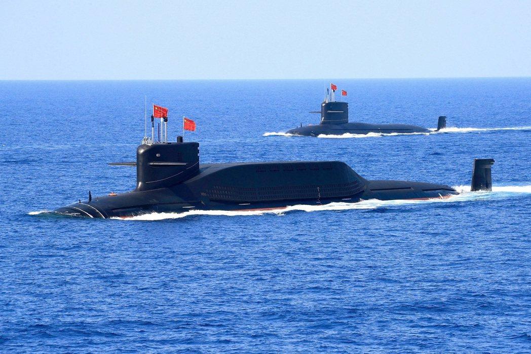 解放軍晉級094A型戰略核潛艦在南海演習。 圖/路透社
