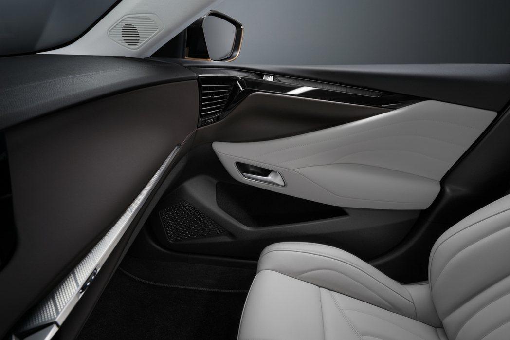 相較於其餘品牌車款的配置,全新DS 4左、右兩側冷氣出風口的位子就像是嵌入於門板...