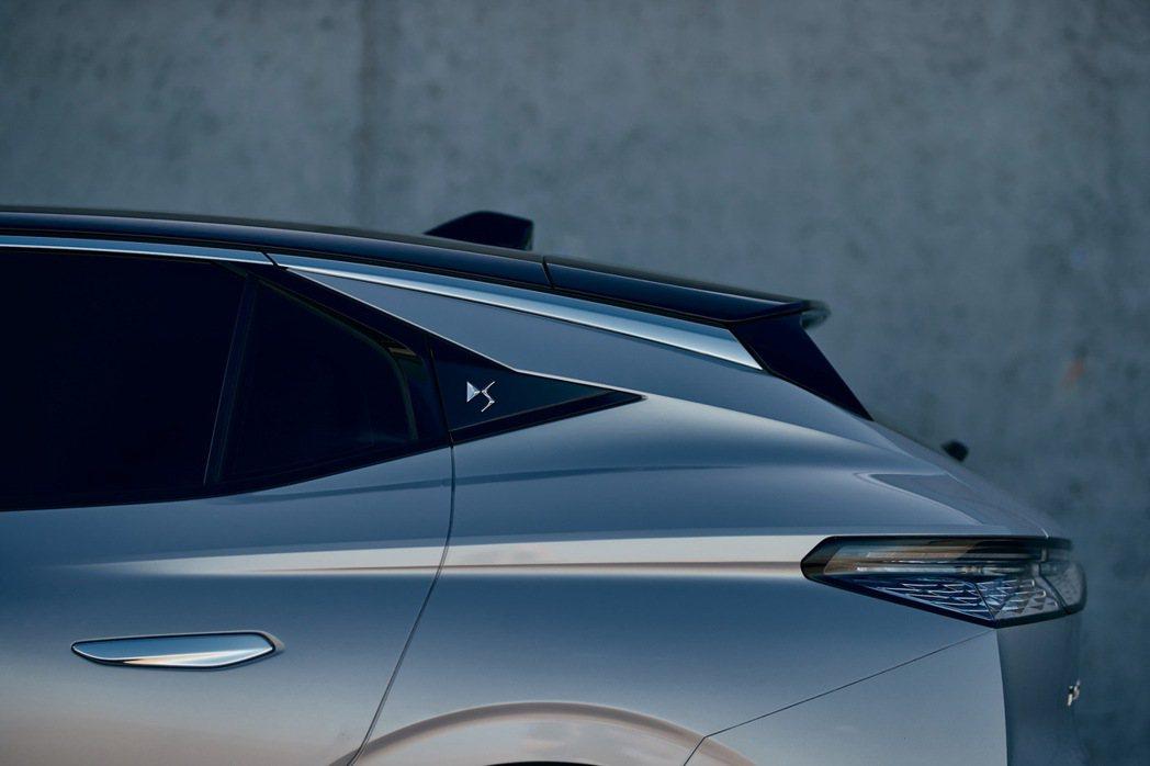 全新DS 4在C柱上鑲有品牌廠徽彰顯身分。 摘自DS Automobiles