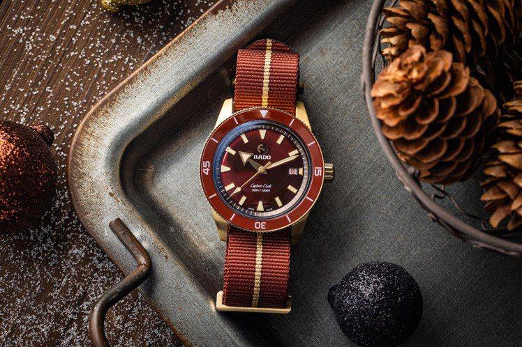和「金」有相似色調的青銅,與酒紅色交織,拼成一塊金紅交織的動感護身符。圖 / R...