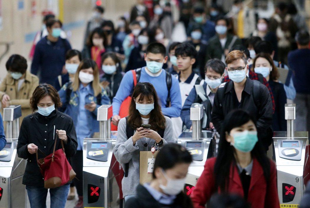 圖為民眾戴口罩進捷運站。記者侯永全/攝影
