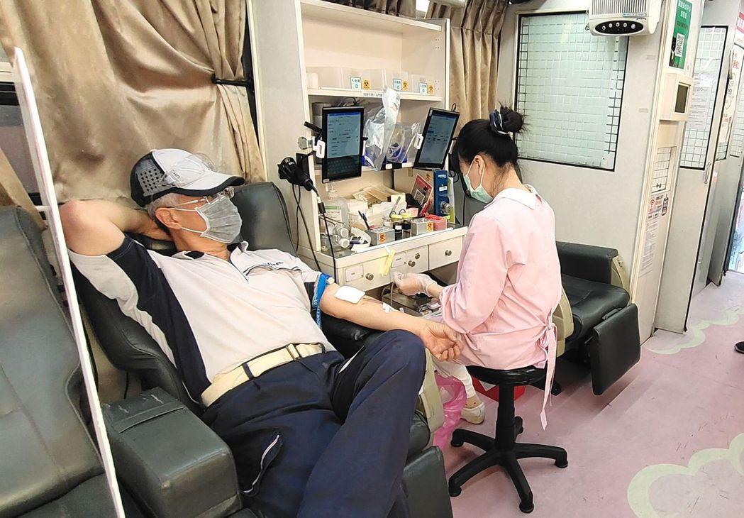 附近民眾也參與捐血活動。 楊鎮州/攝影