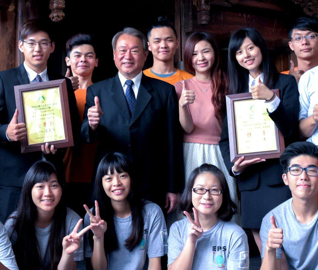 正修科大校長龔瑞璋(後排左三)帶領學校師生拼出傲人成績。 正修科大/提供