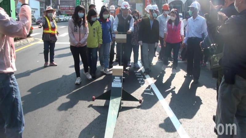 高雄市副市長林欽榮推著平坦儀檢測道路刨鋪平整度。記者王昭月/攝影