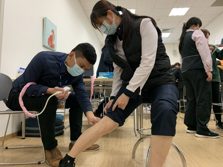 醫師建議,民眾在工作中抽空起身活動、或是在位子上進行腳掌上下擺動的足弓運動、下班...