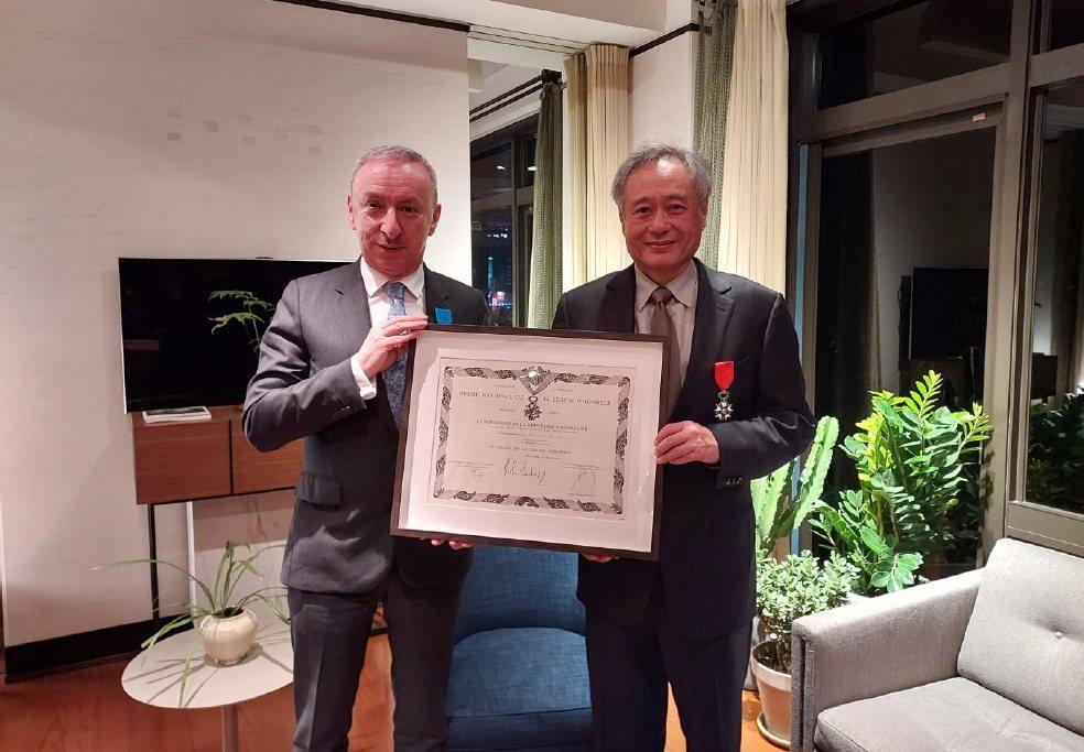 法國在台協會主任公孫孟(左)頒授法國國家榮譽軍團騎士勳章給李安。圖/法國在台協會