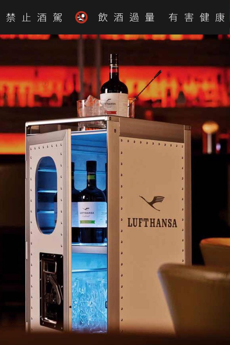 家裡有德航機艙專用迷你吧台推車,宅在家也有「偽出國」的機艙氛圍。圖/摘自柏緯進口家居臉書。提醒您:禁止酒駕 飲酒過量有礙健康。