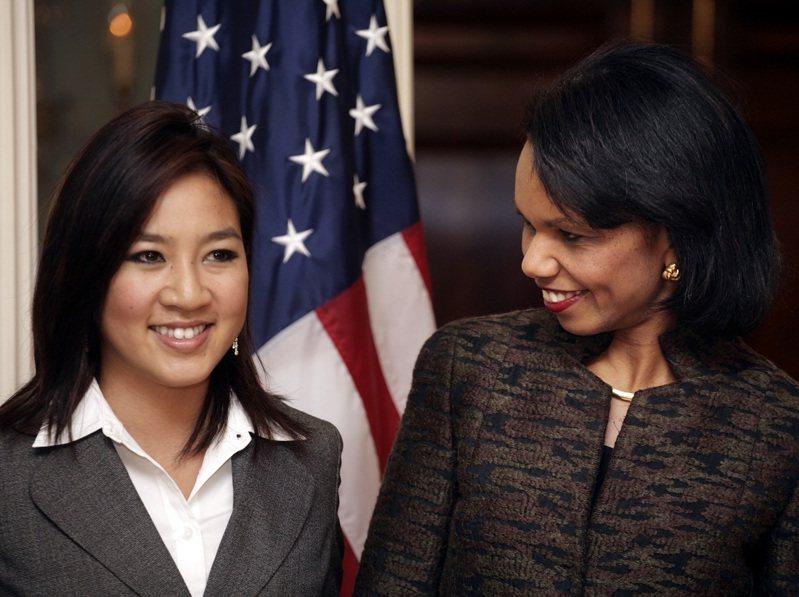 離開賽場的關穎珊(左)開始接觸政界,2006年獲丹佛大學校友、小布希總統的第二位國務卿賴斯任命為公共外交大使。路透