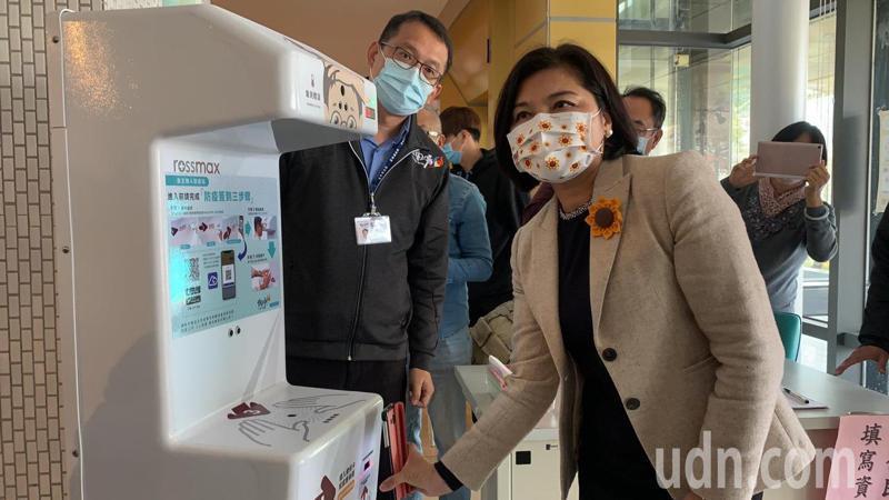 雲林Nubi APP上月問世,縣長張麗善(右)今天示範利用APP連結設在公務機關的「智慧型防疫站」即能快速完成線上實名制登記通關。記者陳苡葳/攝影
