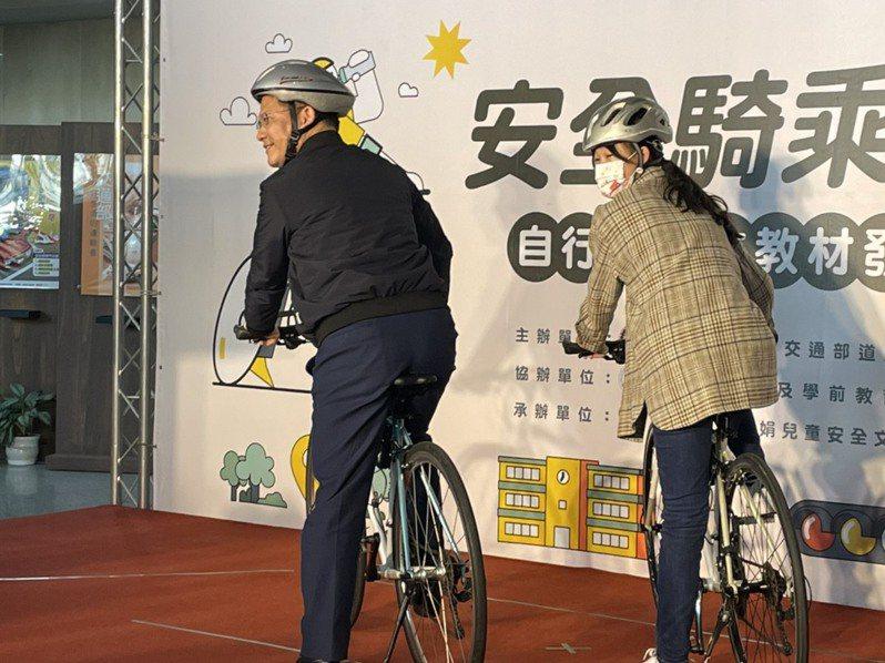 交通部長林佳龍(左)示範騎車規範。記者曹悅華/攝影