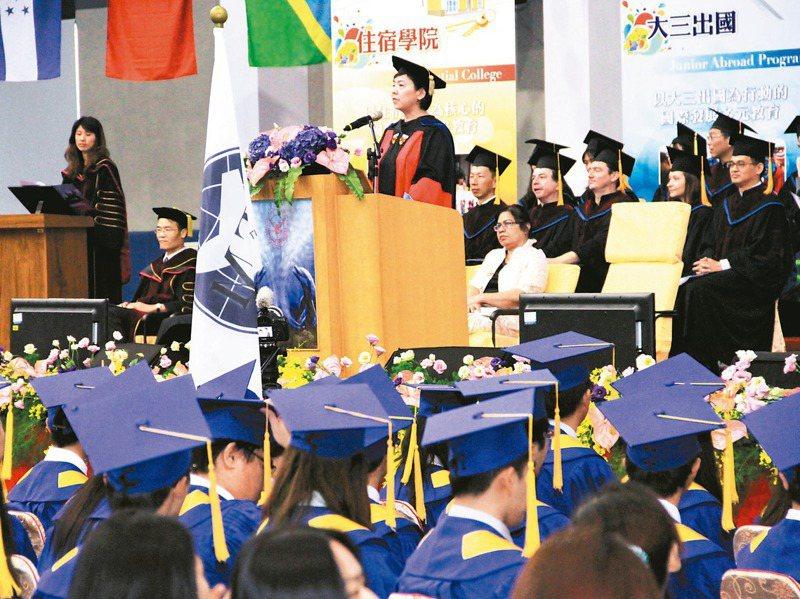 各大學近年也積極推廣英語授課,有學校甚至連中文系新進教師都需具備英語授課能力。圖為大學畢業典禮示意圖。圖/聯合報系資料照片