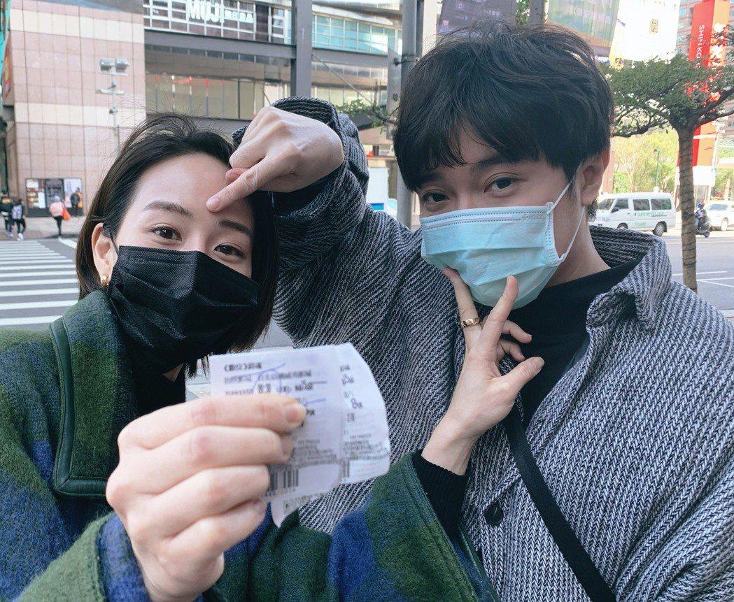 張鈞甯(左)和吳青峰(右)相約早上看「緝魂」。圖/摘自臉書