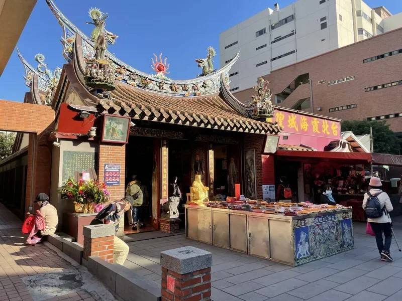 位於迪化街的台北霞海城隍廟,常引遊客拜月老。圖/北市府提供