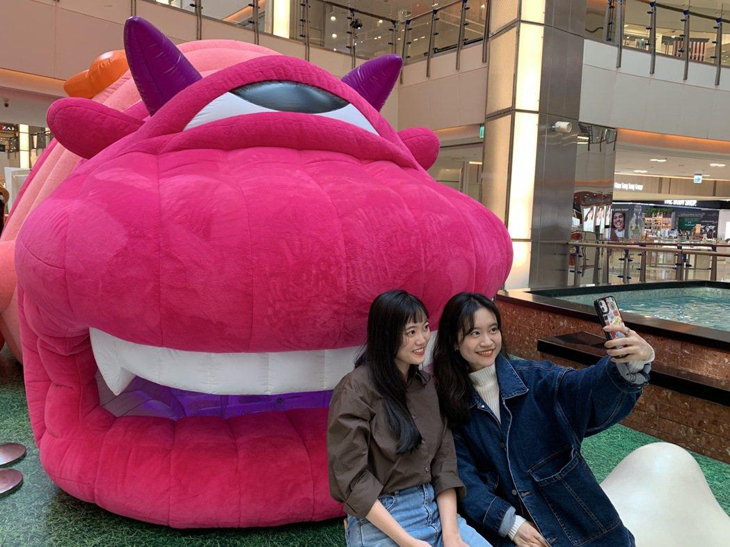 大江購物中心春節特別打造「吃貨年獸」裝置。圖/大江購物中心提供