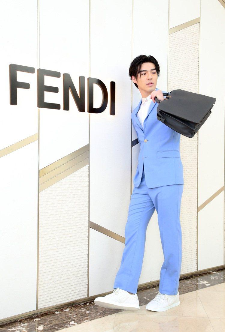 陳昊森詮釋FENDI藍色造型西裝68,000元、透視襯衫48,500元、西褲23...