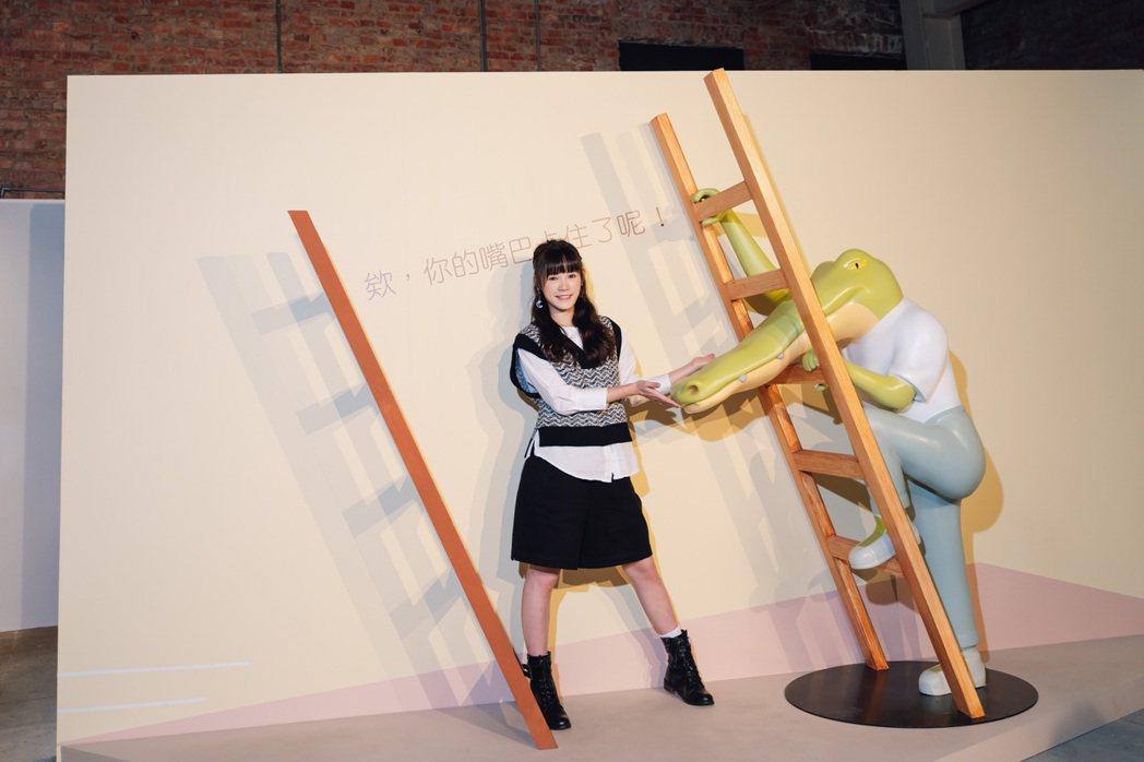 吳心緹勤練體能抽空看「Keigo展-我的生活不可能那麼壞」。圖/寬宏提供