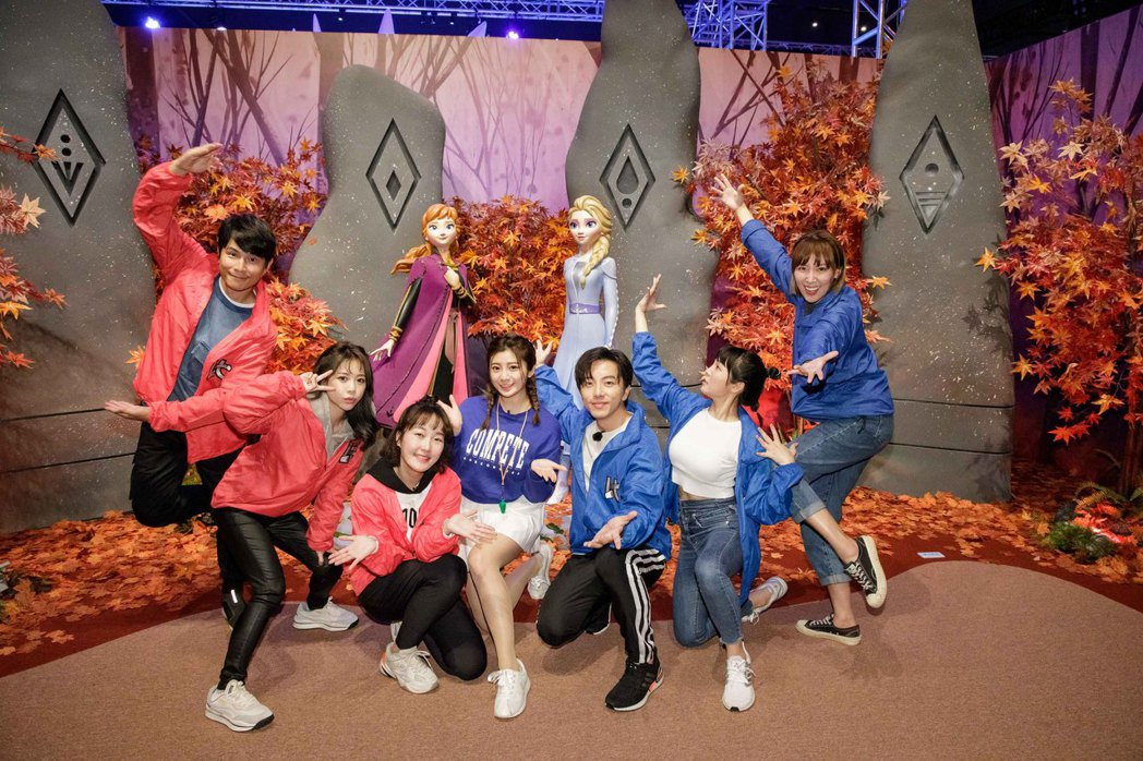 孫協志(左起)、紀卜心、巴鈺、咪雅、坤達、何美、李懿錄衛視「比賽開始」。圖/衛視