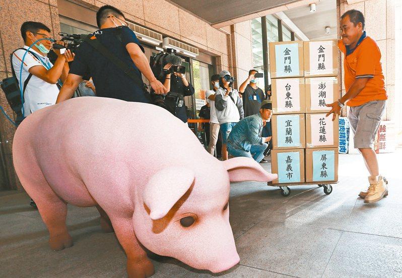 民進黨內認為,2022年選舉「不好打」,新冠肺炎疫情、開放萊豬政策以及萊豬衍生的割萊委與食安公投案(圖),都會是影響選戰的不安因素。圖/聯合報系資料照片