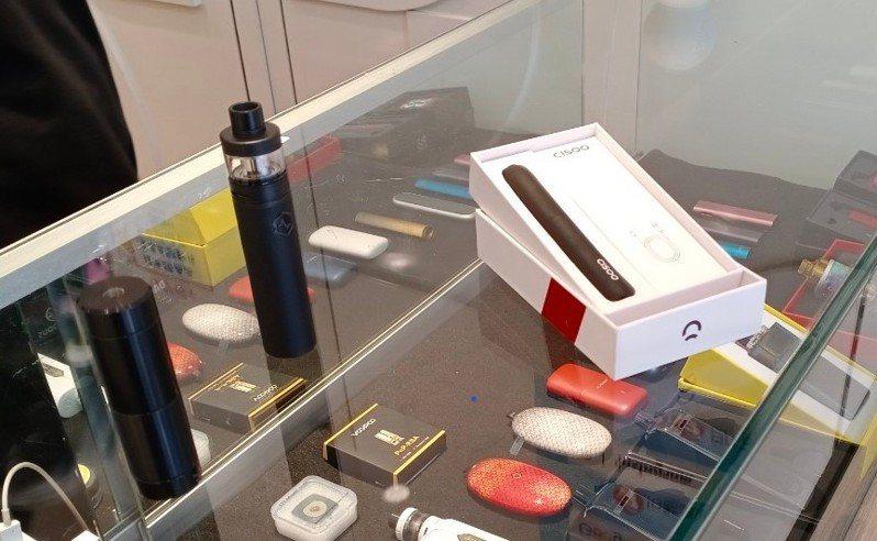 衛生局對26家電子煙專賣店進行稽查,其中有6間店違法販賣具菸品形狀、圓柱狀的電子煙,將依菸害防制法開罰1千至3千元不等罰鍰。 圖/市府衛生局提供