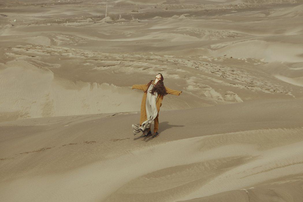 田馥甄新歌「田」MV於「台版撒哈拉沙漠」秘境頂頭額沙洲取景。圖/何樂音樂提供