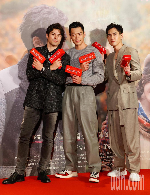 電影《跟你老婆去旅行》首映會晚上在台北市松仁威秀影城舉行,片中主角鳳小岳(左起)...