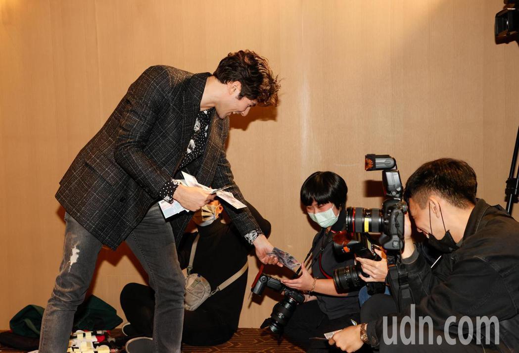 電影《跟你老婆去旅行》首映會晚上在台北市松仁威秀影城舉行,片中主角鳳小岳發假鈔給...