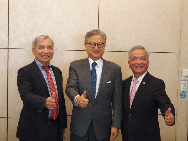 新纖董事長吳東昇(中)、總經理羅時銓(右)透過視訊方式,與越南油氣集團PVN簽署擴大合作意向書。左為越南駐台北辦事處代表阮英勇。記者曾仁凱/攝影