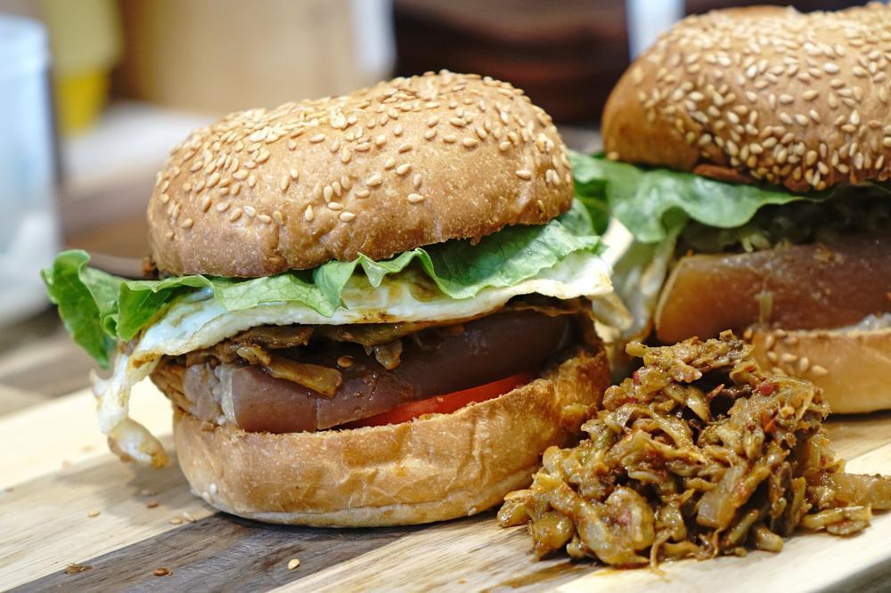 「麻辣魯肉堡」是梁蘇蘇手作食最有人氣的品項。 圖/曾信耀 攝影